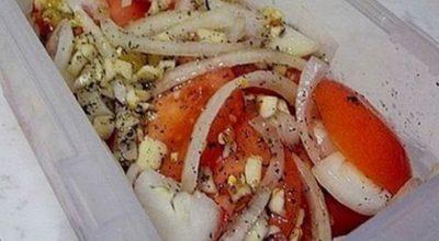 Приготовьте к мясу прекрасную закуску из помидоров и лука
