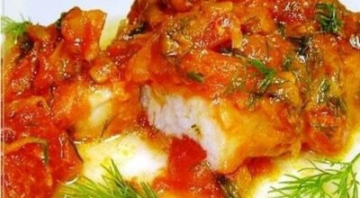 Рыба тушеная с помидорами