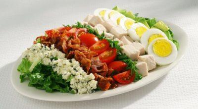 Сытный салат «Кобб» с оригинальной заправкой