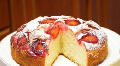Великолепный пирог на кефире со свежими сливами