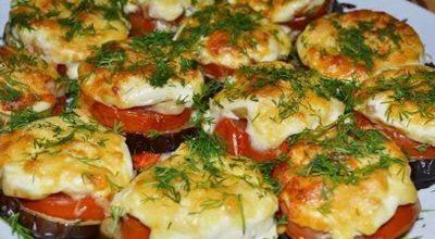Простой рецепт баклажанов с помидорами и сыром