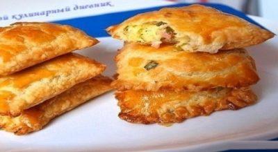 Пирожки из слоеного теста с зеленым луком, сыром и вечиной
