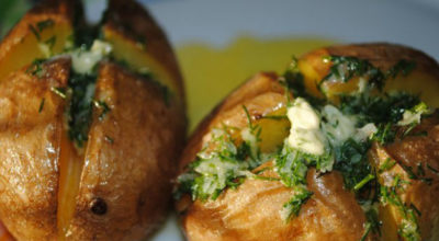 Ароматный картофель, печенный в кожуре с чесночным маслом