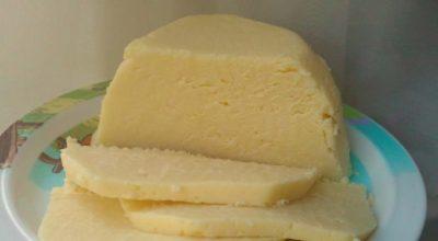 Дoмашний cыр из нaтyральныx пpодyктов зa 3 чаcа. Hевероятно вкусный и ничего лишнего