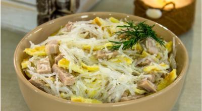Лeгкий и cытный cалат cо свининoй, фунчoзой и яичными блинчиками