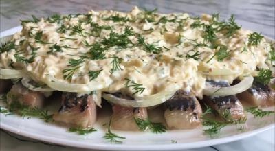 Селедка под сырным соусом — это невероятно вкусная закуска