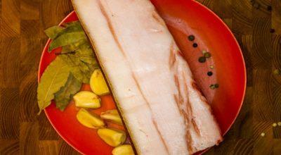 Полстакана сахара и стакан соли — именно так готовлю самое нежное сало, едят даже дети. Лавровый лист отлично дополняет вкус