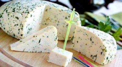 Все, что она сделала: это взяла банку молока, добавила 100 миллилитров уксуса и получила вкуснейший домашний сыр