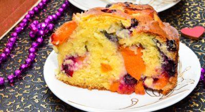 Заливной пирог с абрикосами или черной смородиной