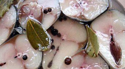 Маринованная скумбрия по-новому. Вкуснее красной рыбы