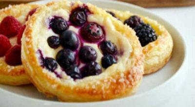 Невероятно вкусная и очень легкая в приготовлении выпечка: Cлоеные тарталетки с творогом и ягодами