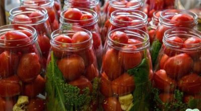 Домашнее консервирование помидор с малиновыми листьями