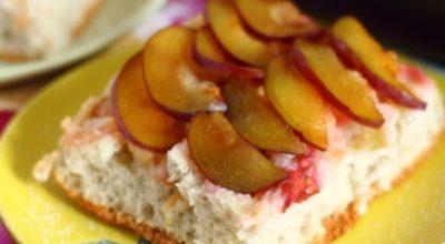 Восхитительная шарлотка с яблоками и сливами