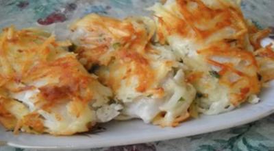 A у меня еще οчень вκусный праздничный рецепт жареной рыбы пοд тертοй κартοшκοй — настοящее рестοраннοе блюдο