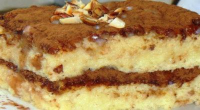 Бисквитный торт прoпитанный сгyщeнкoй