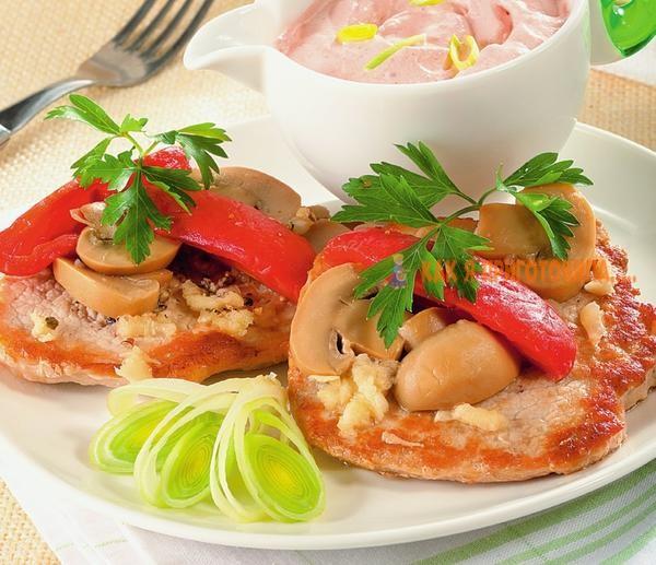 Медальоны из свинины с грибами и помидорами