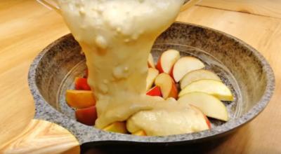 Потрясающий пирог на сковороде с яблоками. Тесто готовится пару минут