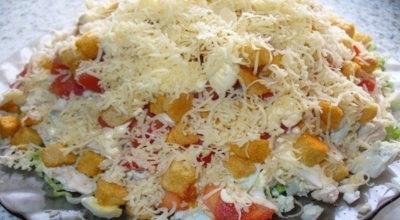 Салат с курицей, сыром и сухариками: Получился очень вкусным и сытным