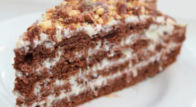 Шоколадный торт с орехами и сметанным кремом