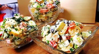 Салат из курицы, сладкого перца, сыра фета, огурцов и помидор