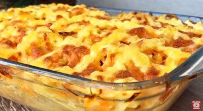 Сытная запеканка из картофеля, куриных бедрышек и сыра