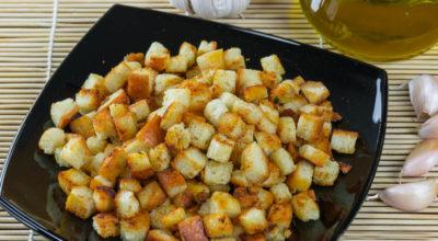 Самые хрустящие чесночные сухари для салатов и супов – 2 вкусных и простых рецепта