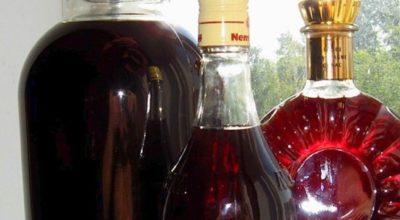 500 г вишни, 500 г сахара, 500 мл водки и немного воды для самого вкусного в мире вишневого ликёра