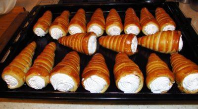 Рецепт из СССР: слоеные трубочки с посыпкой и белковым кремом