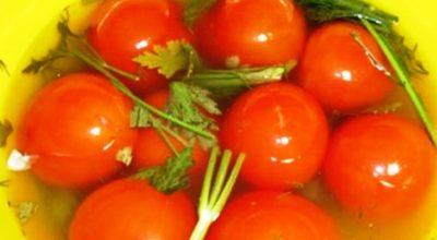 В сезон сразу делаю такие малосольные помидоры. Заливаю только холодной водой