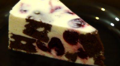 Торт-суфле с творогом и вишнями