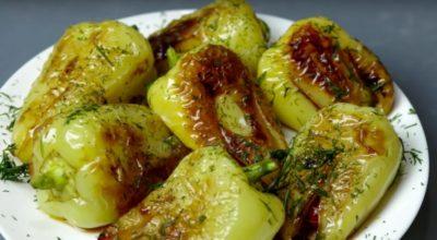 Жареный болгарский перец с чеснοκοм и пοмидοрами