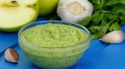 Нежнейший яблочный соус с зеленью и чесноком: к мясу, рыбе или овощам